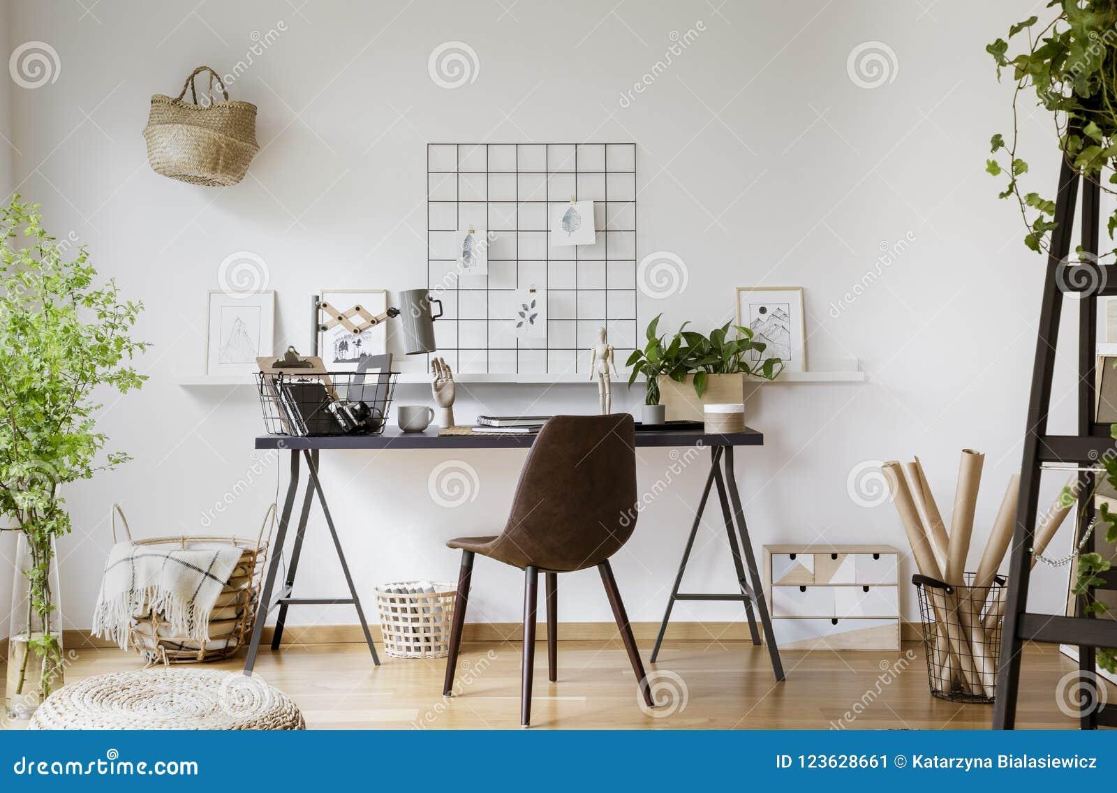 Chaise de brown au bureau avec la lampe dans l intérieur blanc d