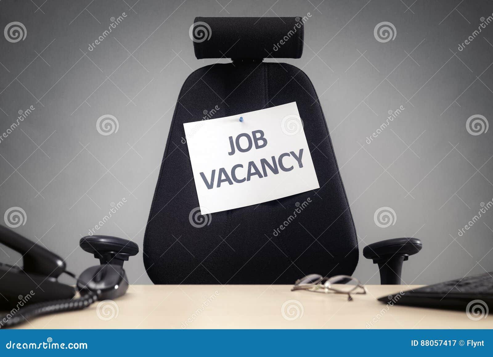 Chaise de bureau avec le signe d offre d emploi image stock