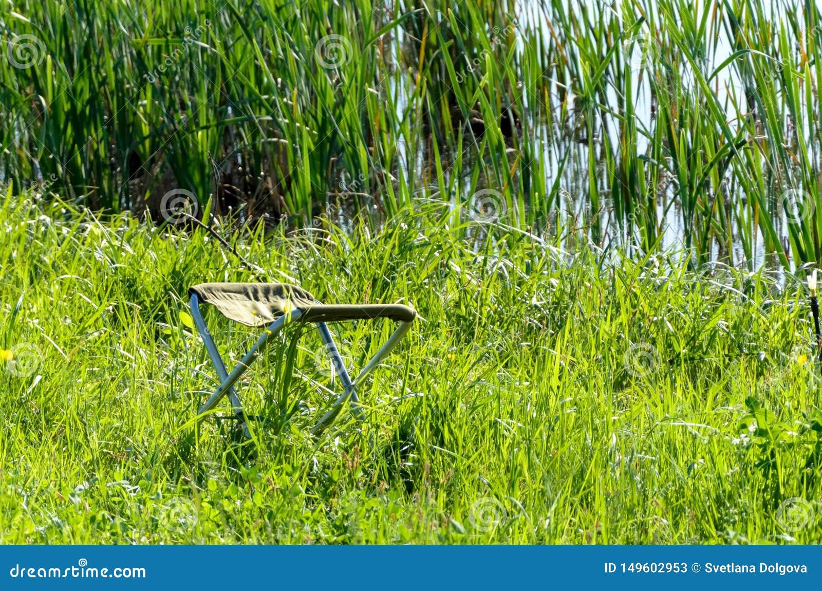 Chaise de p?cheur sur l herbe verte