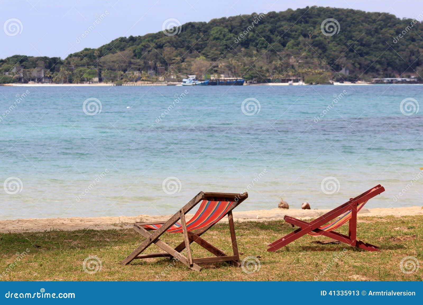 Chaise de plage sur le bord de la mer image stock image for Chaise de plage