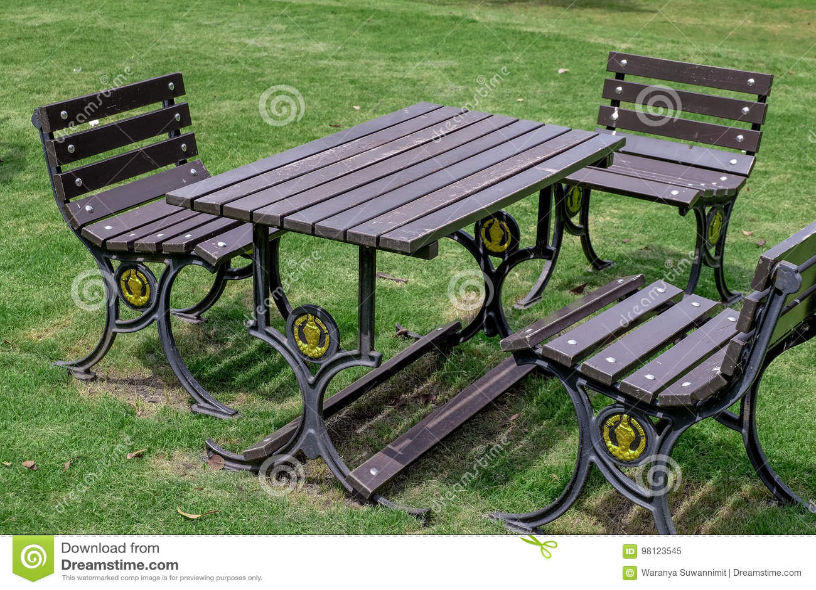 Chaise De Table De Jardin Sous Les Arbres Image stock ...