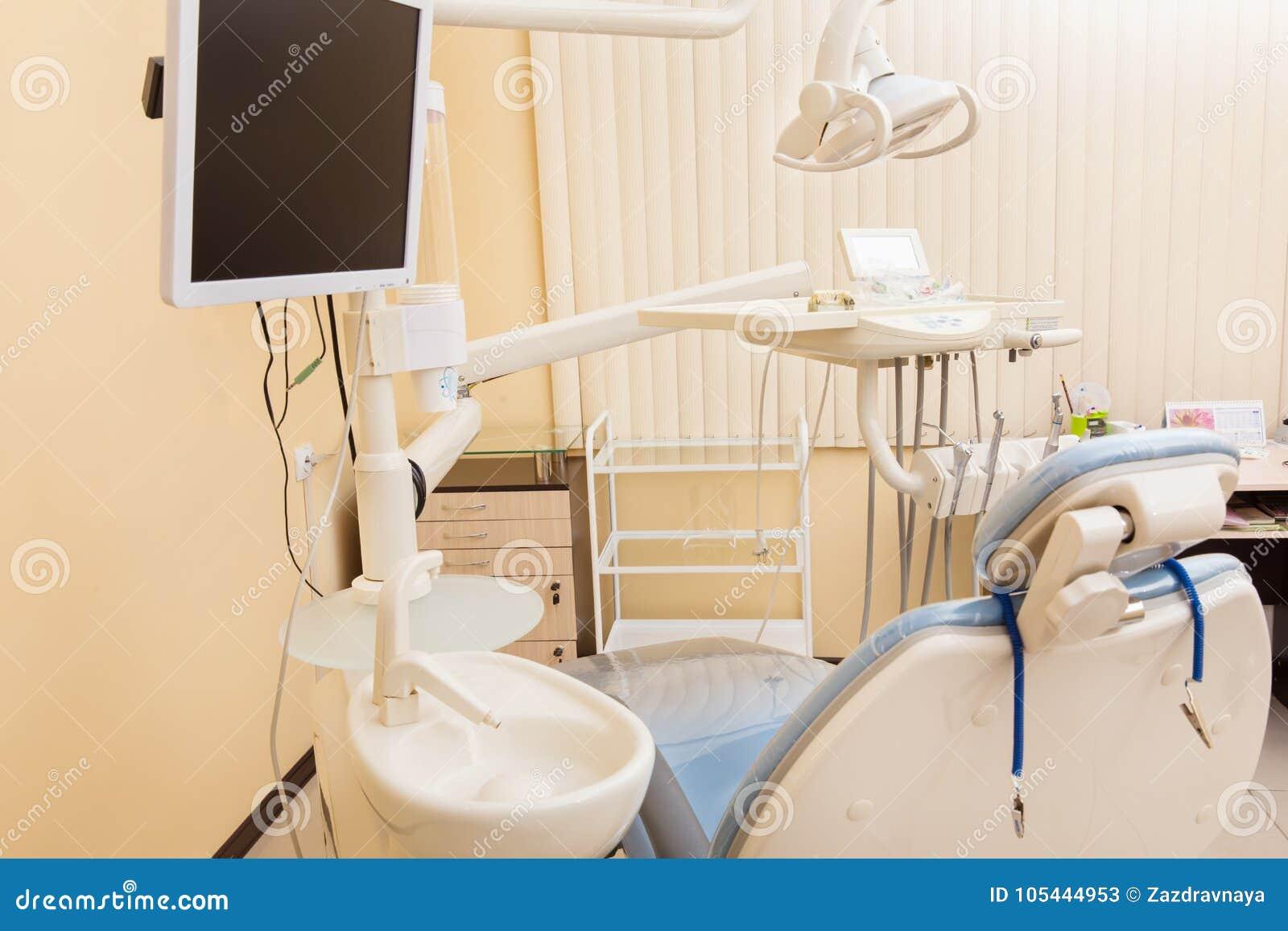 Chaise dentaire bleue dans le bureau de dentistes image stock