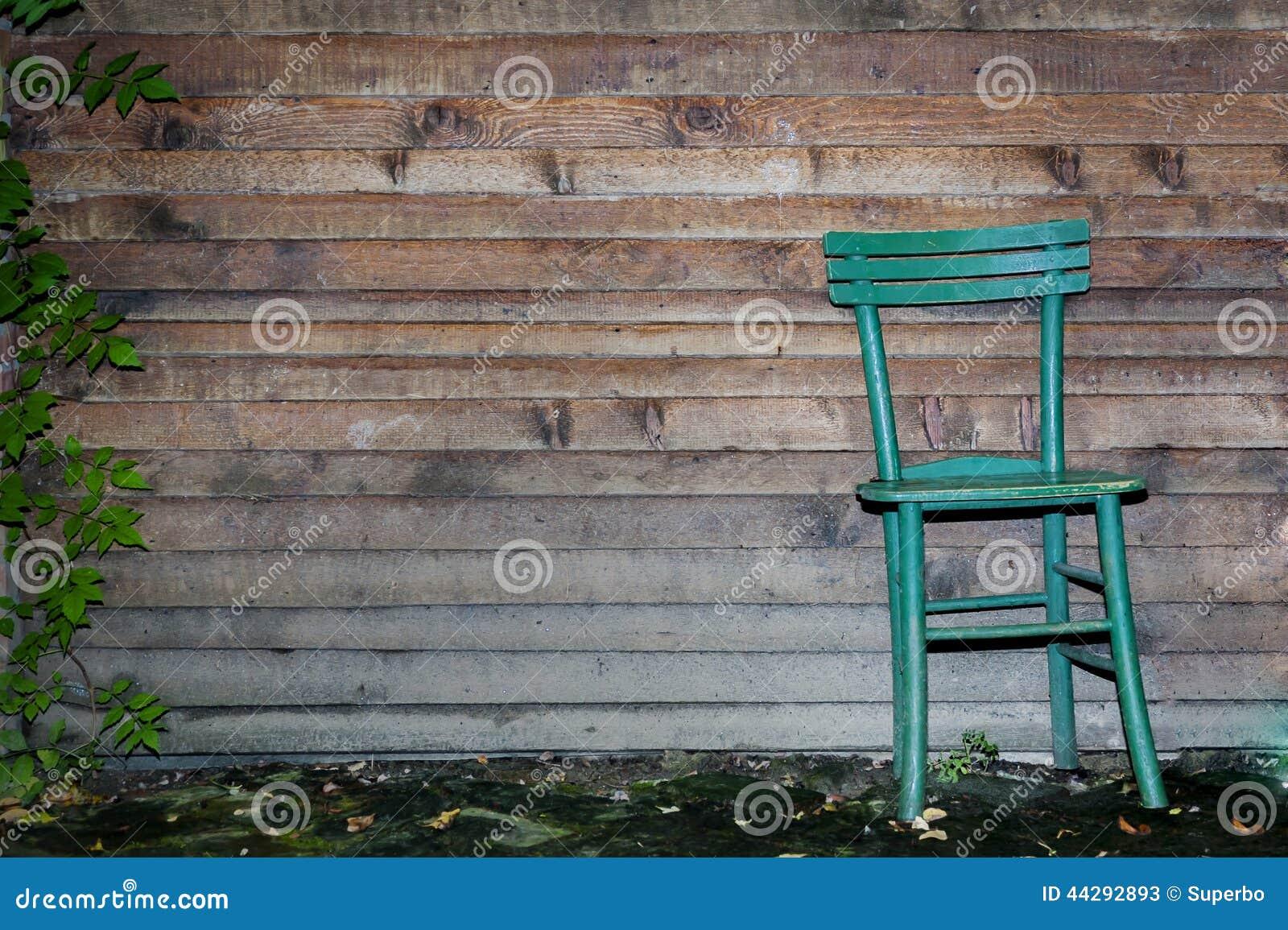 Chaise en bois contre le mur en bois photo stock image for Vieille chaise en bois