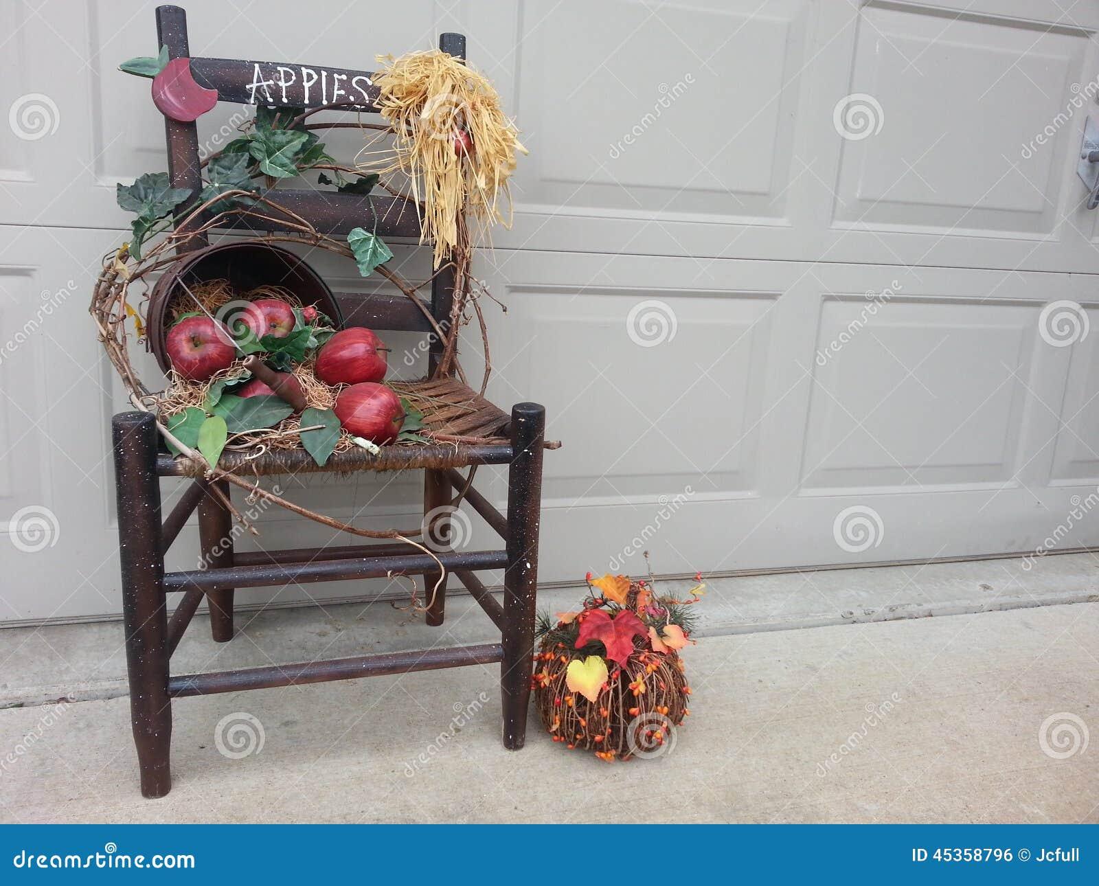 Chaise en bois de chute avec le panier des pommes