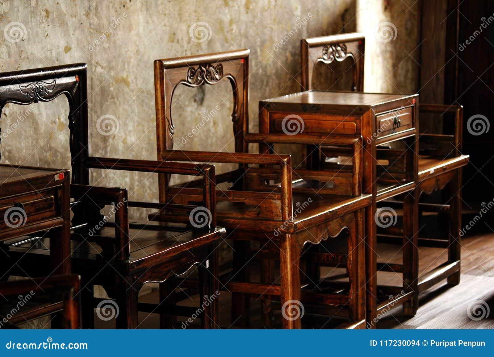 Chaise en bois de style chinois vieille