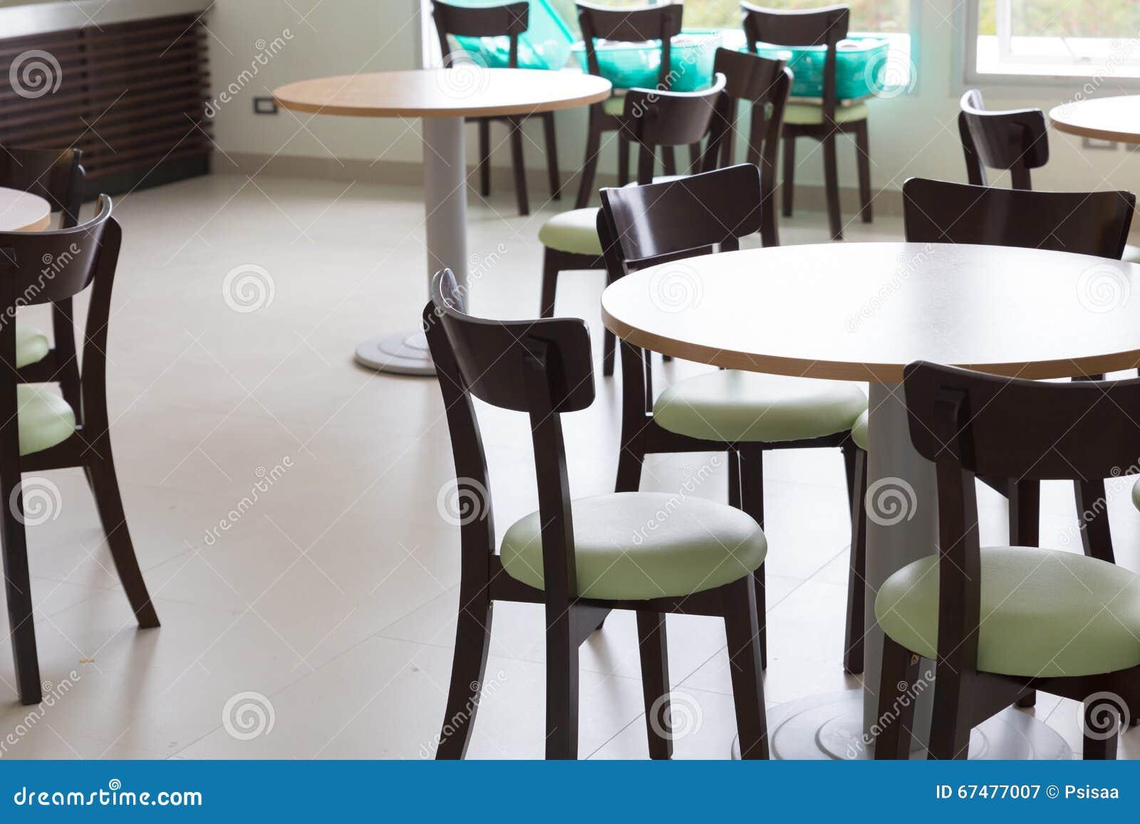 Download Chaise En Bois Et De Table Lespace Restauration Image Stock