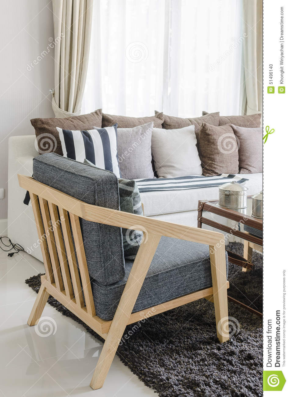 Chaise en bois moderne dans le salon photo stock image - Grand tapis de salon pas cher ...