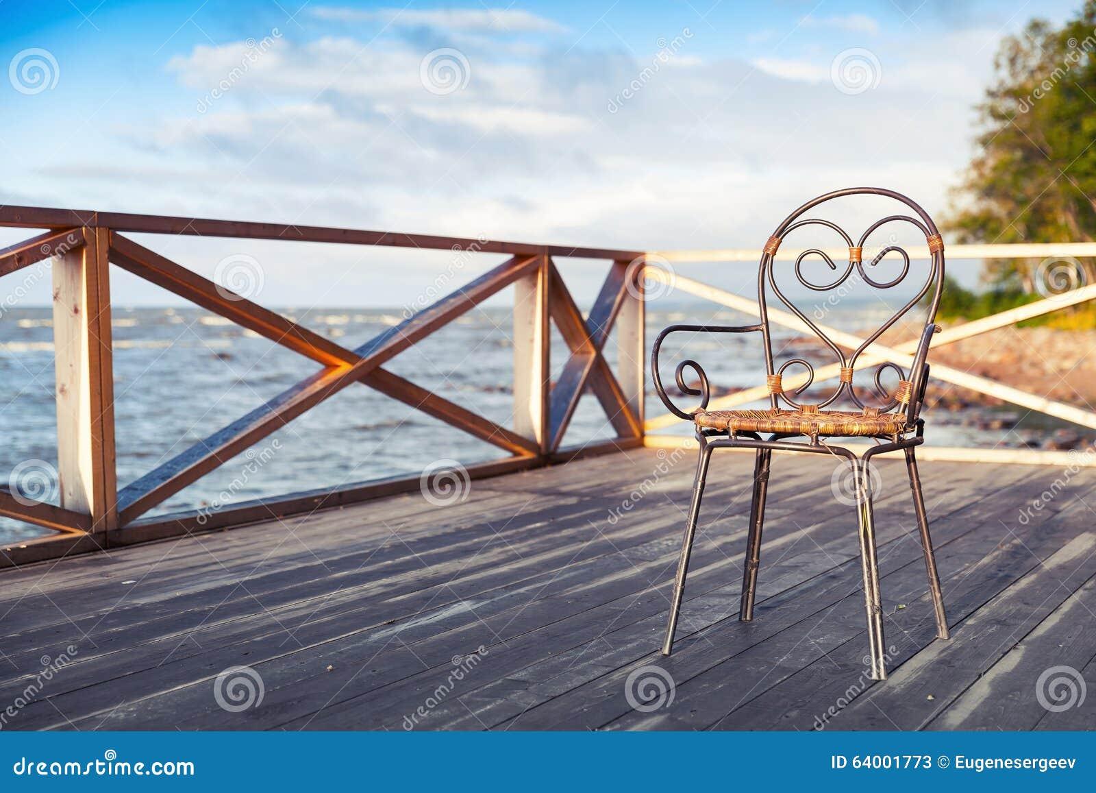 Chaise Fer Forgé Et Bois chaise en fer forgé se tenant sur la terrasse en bois image