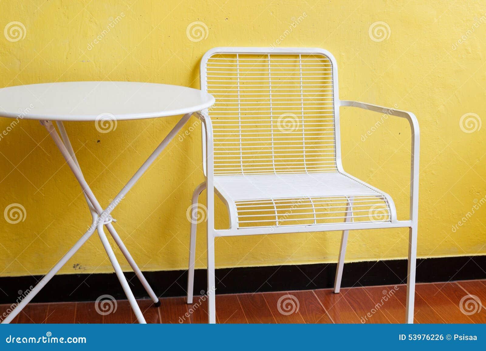 Chaise et bureau blancs avec le mur jaune photo stock image du