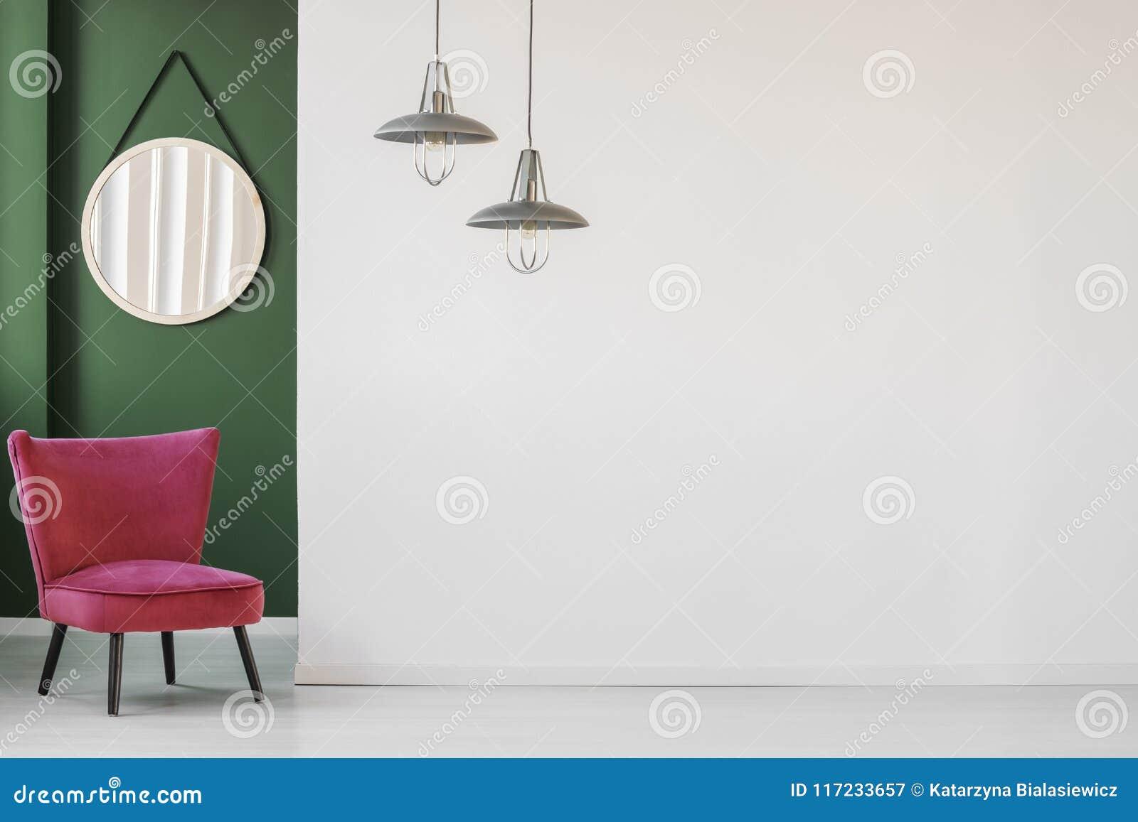 Chaise et miroir dans le coin
