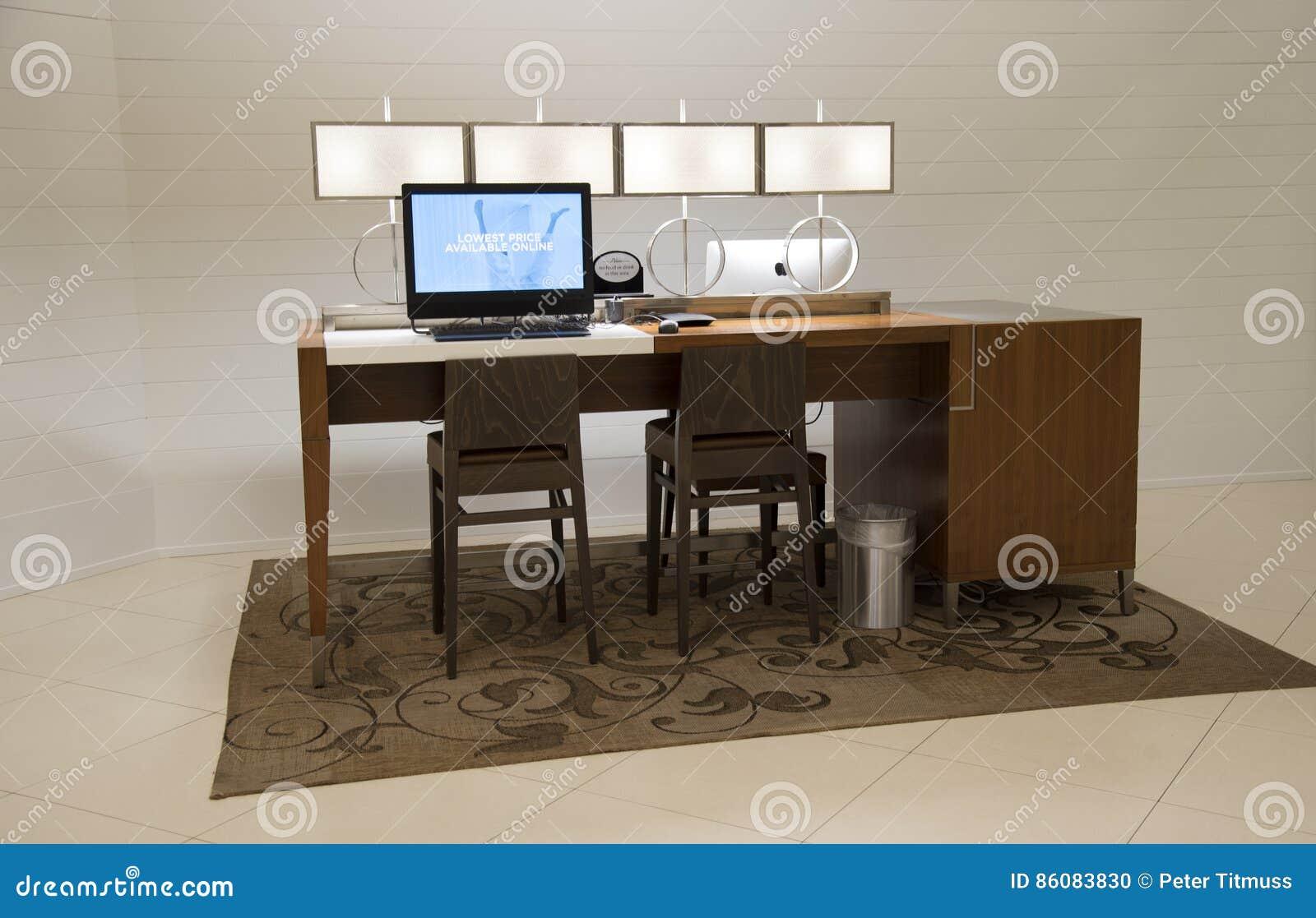 Chaise et ordinateur de bureau de bureau pour l usage d invités d