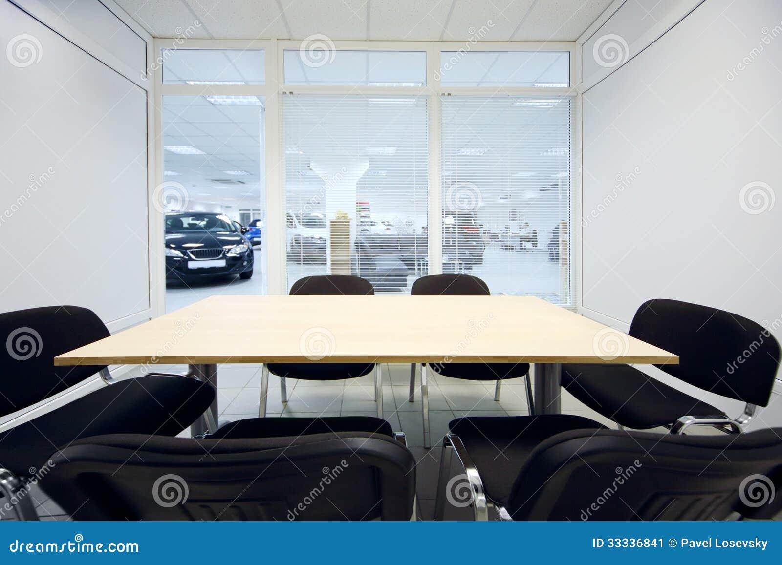 Chaise et table dans la chambre et nouvelles voitures dans le bureau