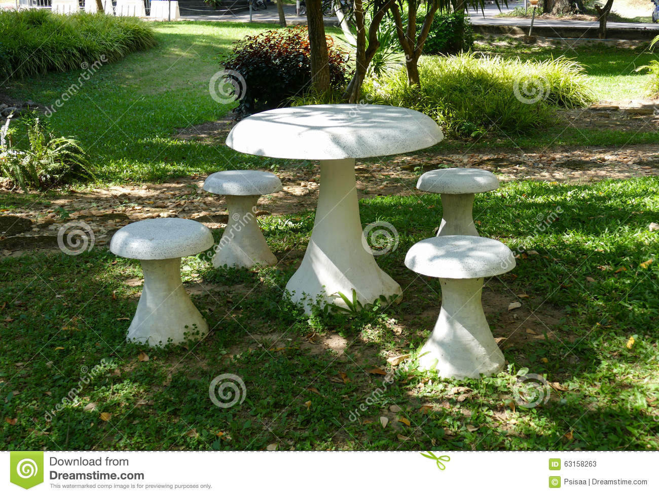 Chaise et table en pierre blanches dans le jardin photo for Table jardin en pierre