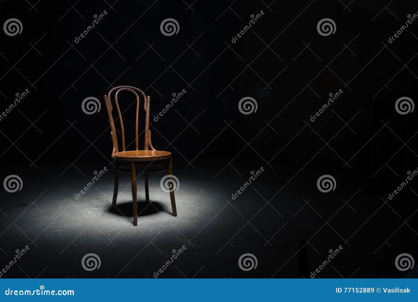 Chaise isolée à la salle vide