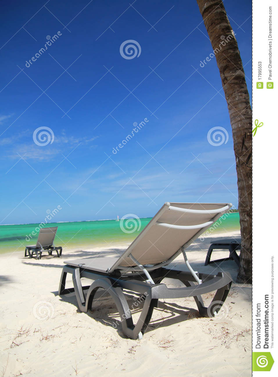 Chaise longue on beach stock photos image 17995553 for Beach chaise longue
