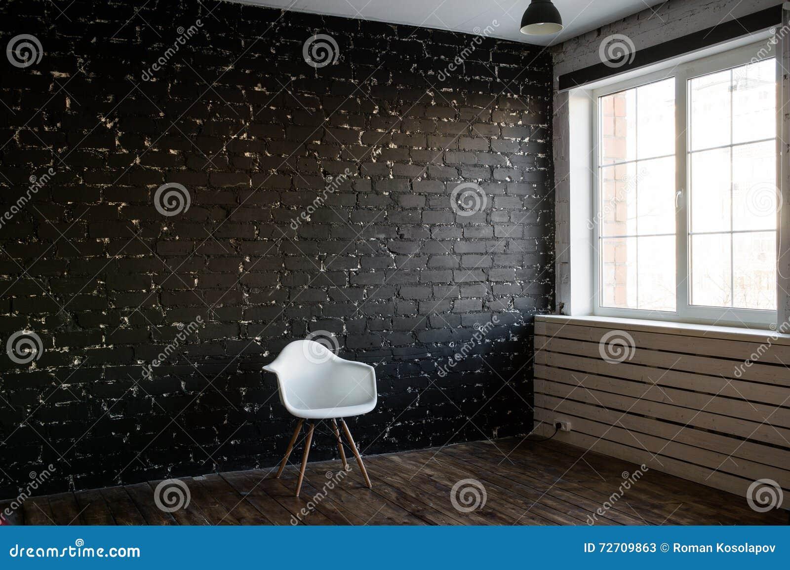 Chaise moderne blanche et fond noir de brique Style de grenier Chaise et pièce minimales Chaise d élégance