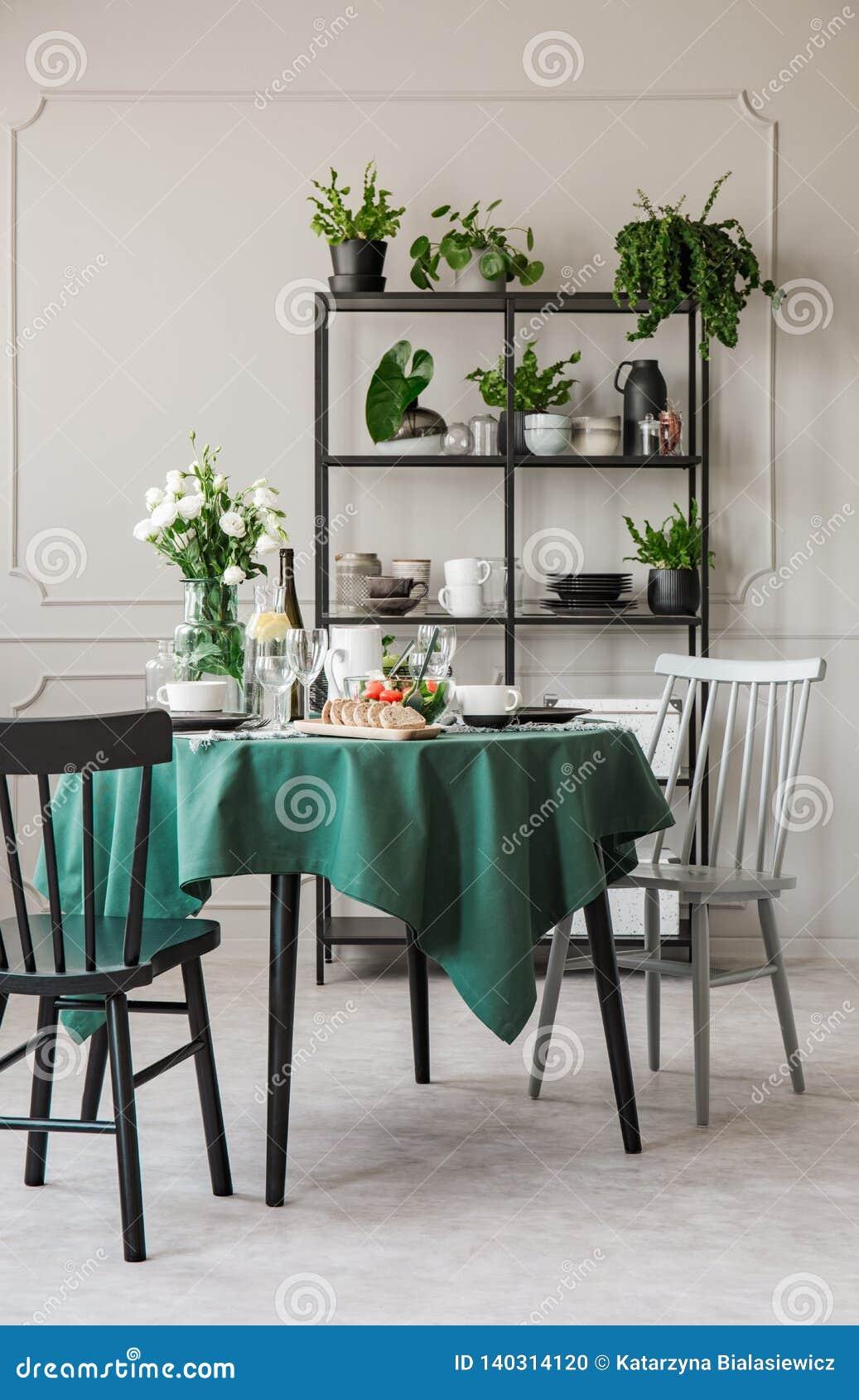Chaises Elegantes A La Table Ronde Avec La Nappe Verte Dans La