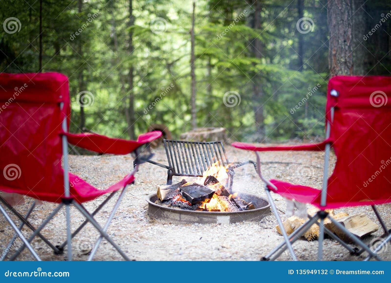 Chaises autour du feu de camp