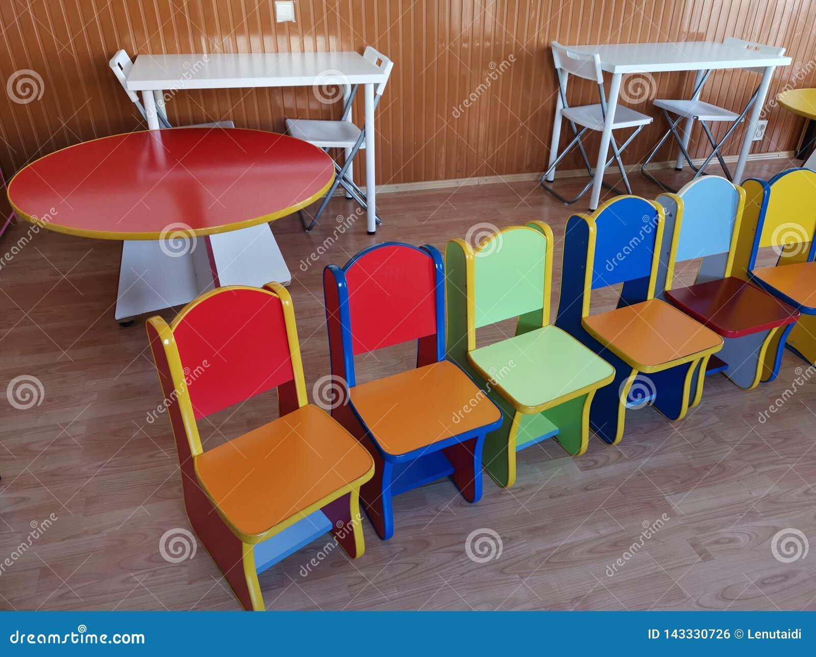 Chaises Dans Le Jardin D Enfants Diverses Couleurs Photo