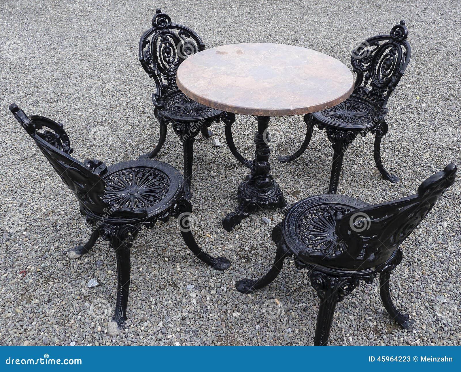 chaises de fonte autour d 39 une table photo stock image 45964223. Black Bedroom Furniture Sets. Home Design Ideas