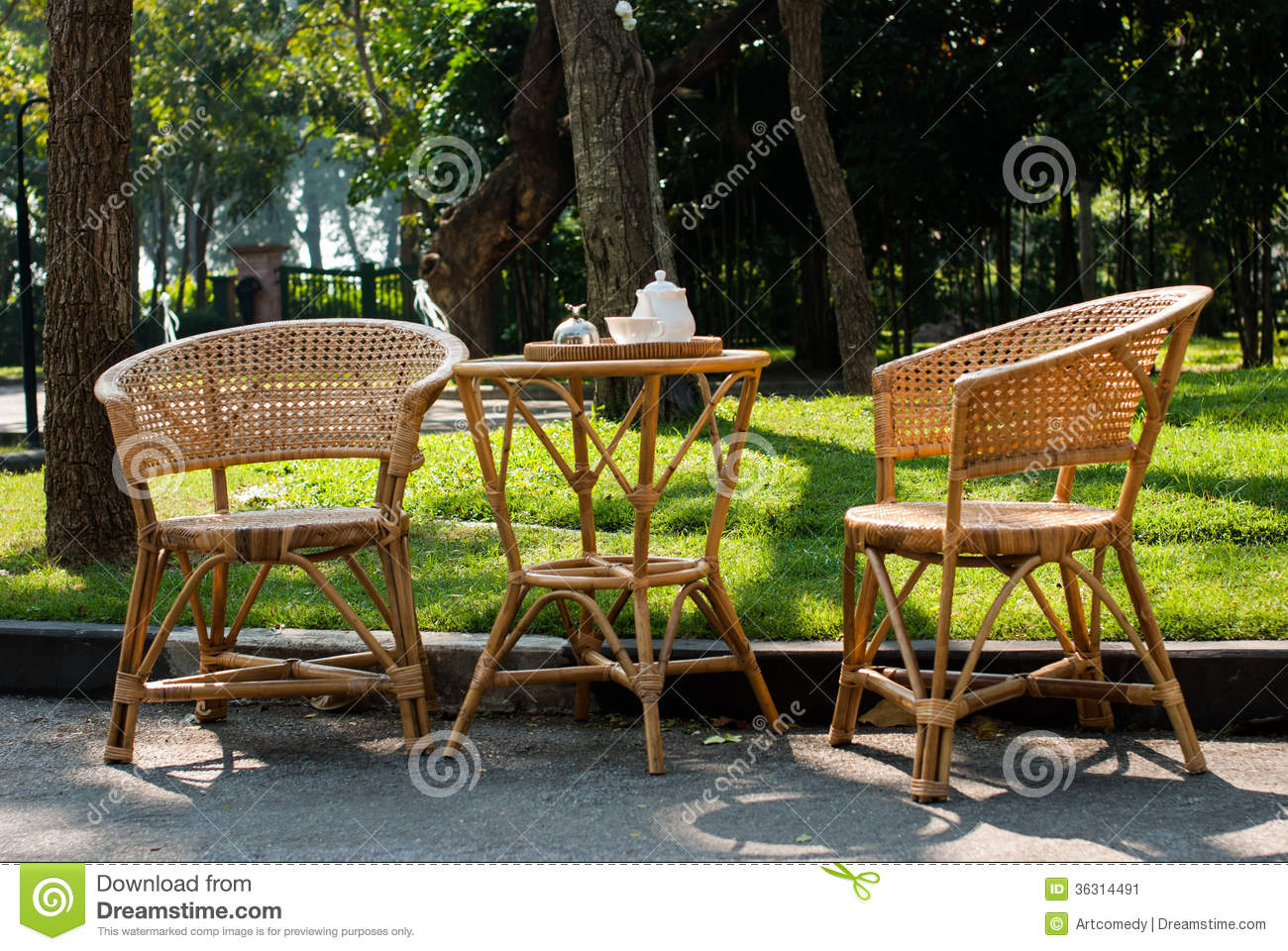 Chaises en osier et table avec le service th image for Table et chaise en osier