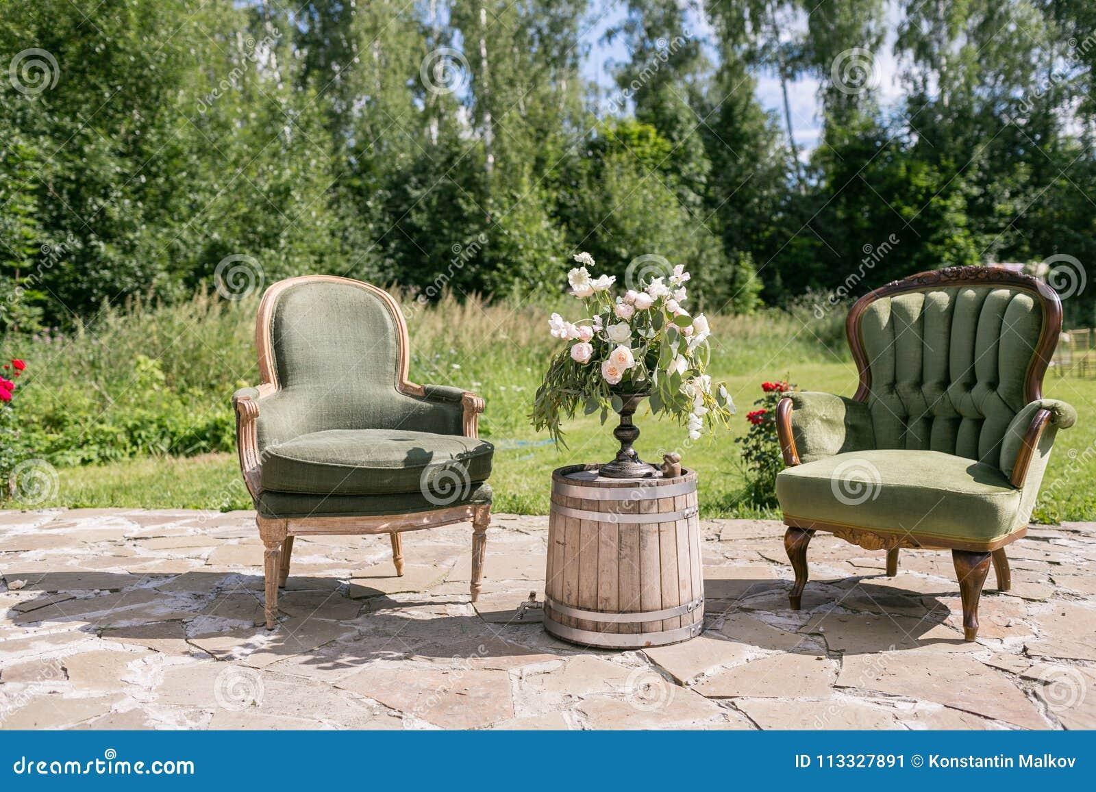 Table Bois Metal Exterieur chaises et table en bois de vintage avec la décoration de