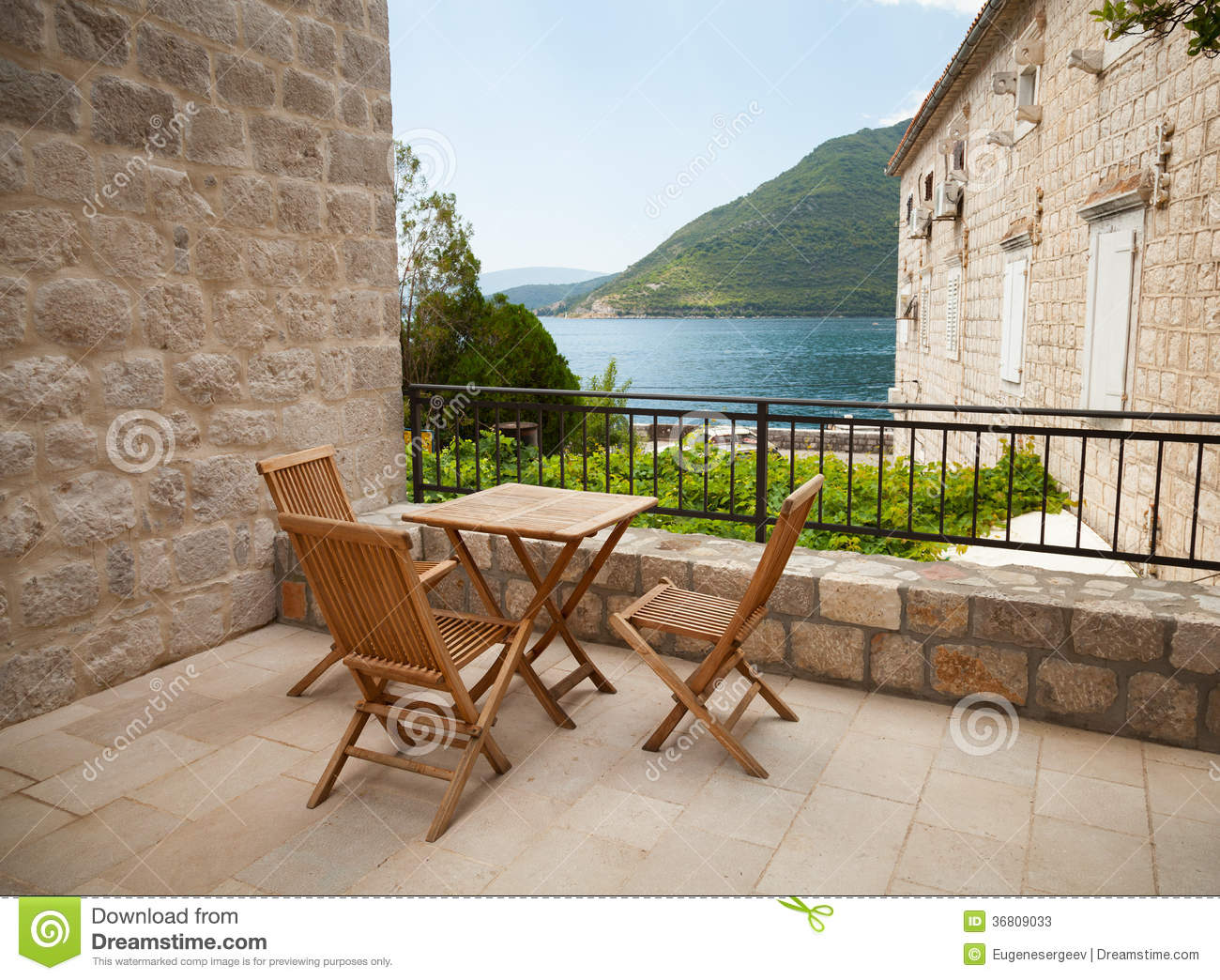 chaises et table en bois sur la terrasse de bord de la mer photos stock image 36809033. Black Bedroom Furniture Sets. Home Design Ideas