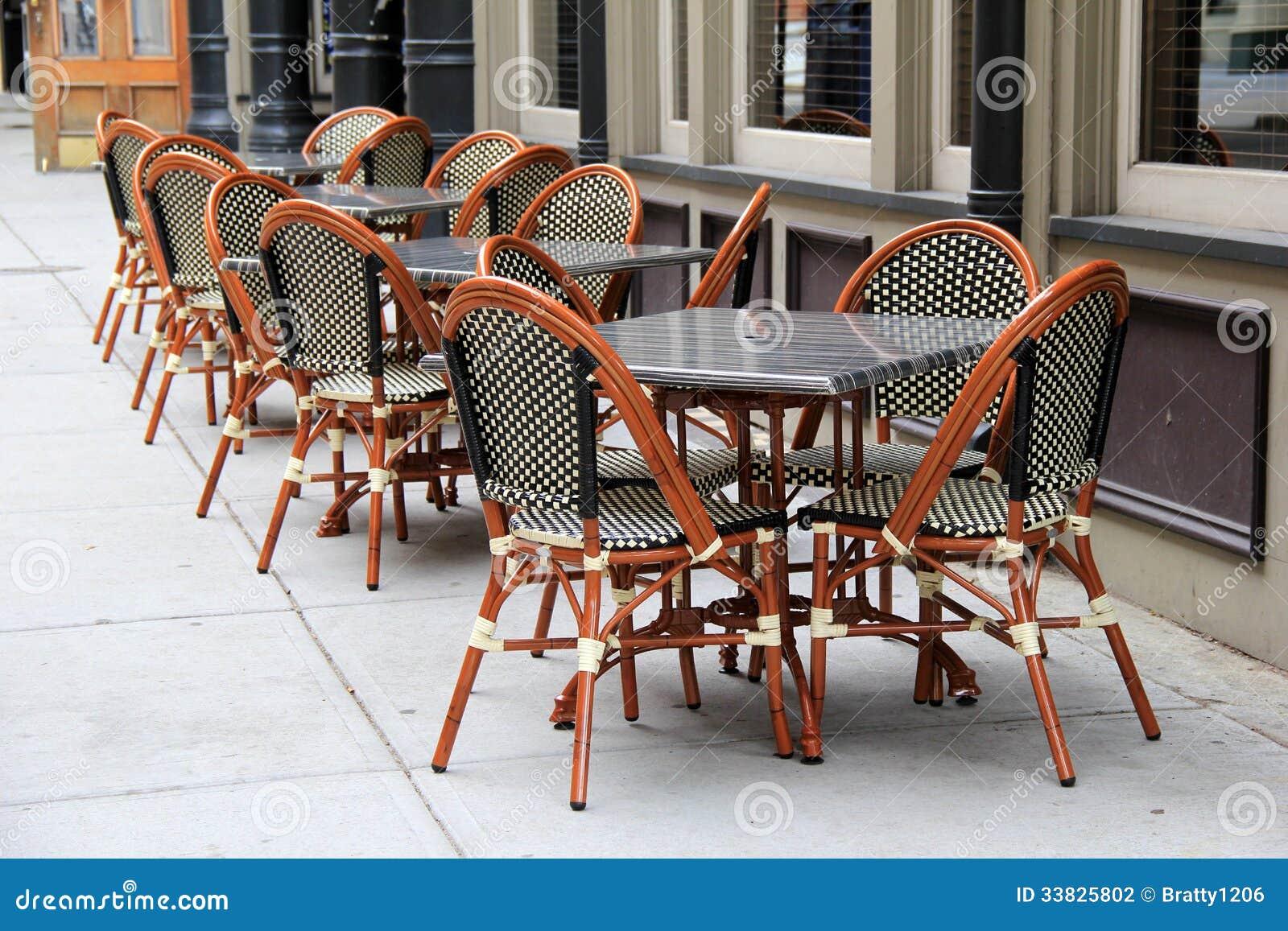chaises et tables de canne magnifiques en dehors de restaurant ... - Chaise Et Table De Restaurant