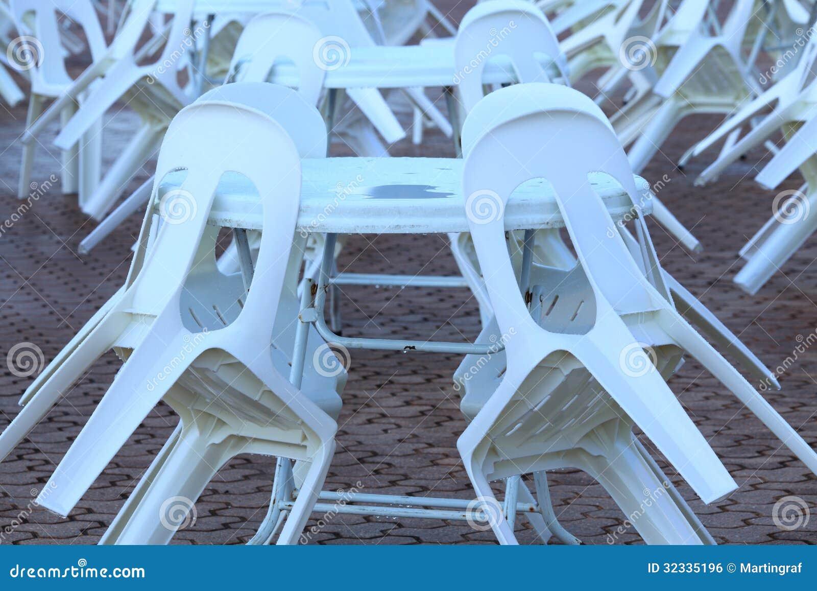 chaises et tables en plastique image libre de droits image 32335196. Black Bedroom Furniture Sets. Home Design Ideas