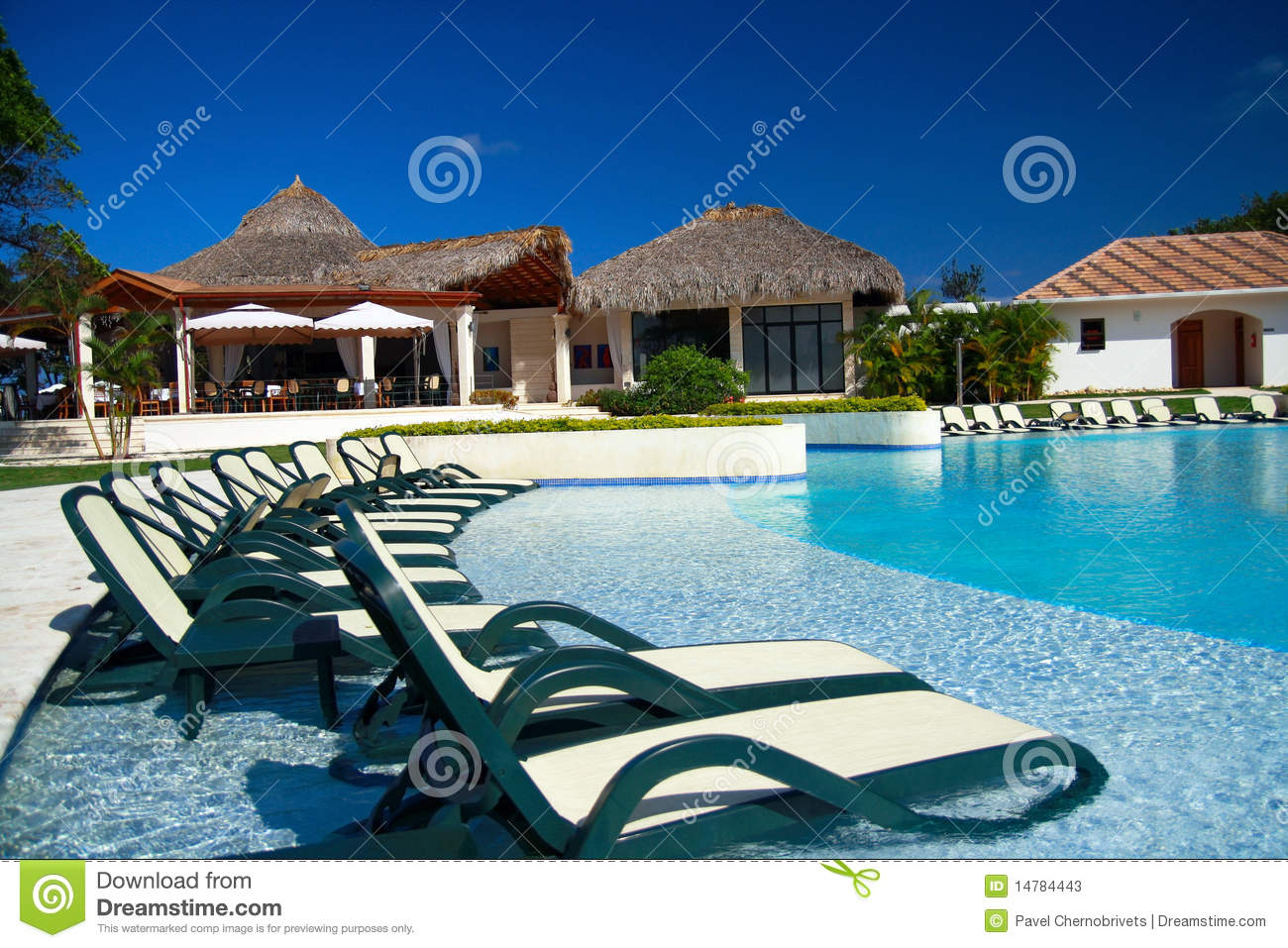 Chaises longues dans la piscine de luxe photos stock for Piscine destock