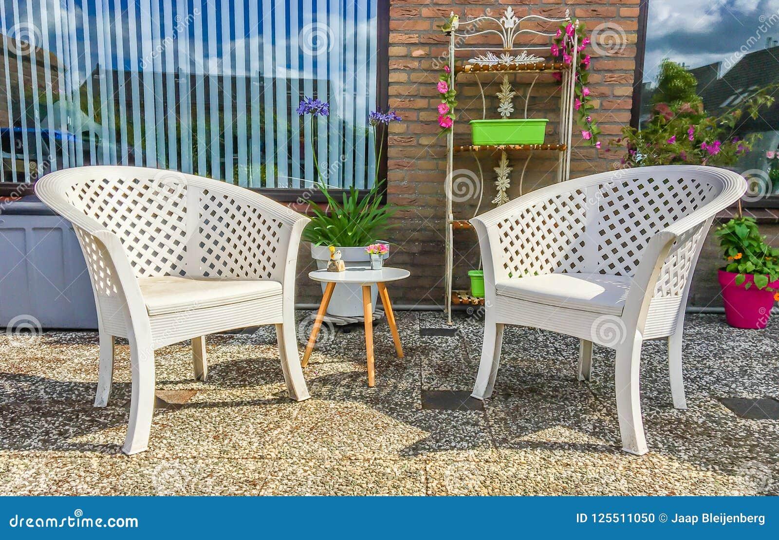Chaises Longues De Plastique Blanches Avec Une Petite Table ...