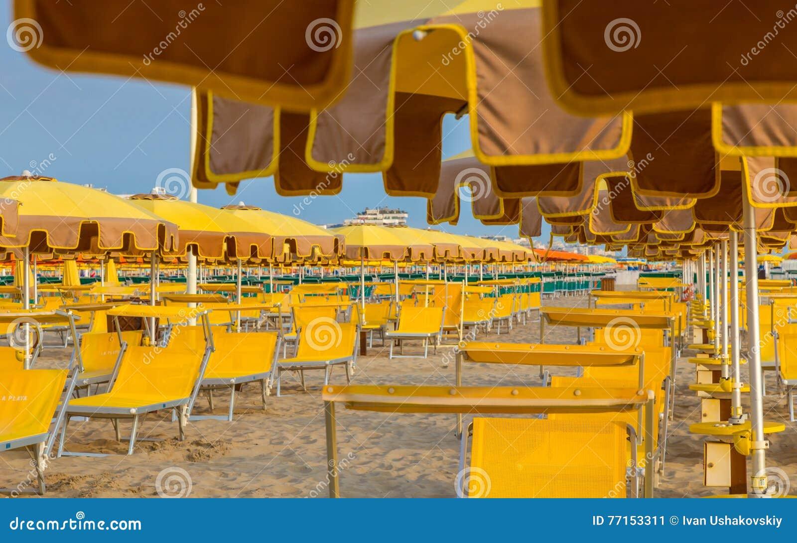 Chaises longues et parapluies sur une plage