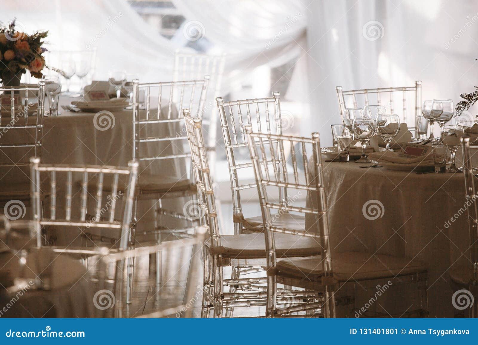 Chaises translucides dans une tente l épousant