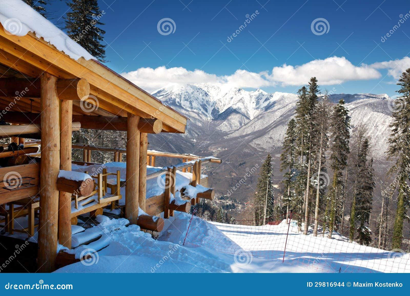 Chalé de madeira do esqui na neve