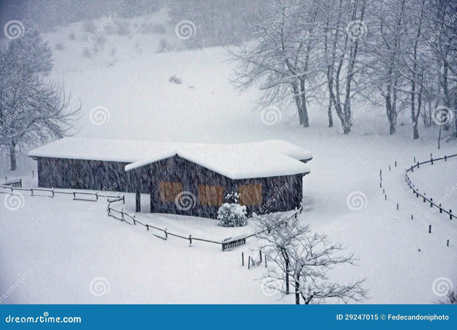 Download Chalé De Madeira Nos Cumes Italianos Durante Uma Queda De Neve Pesada Imagem de Stock - Imagem de home, viver: 29247015