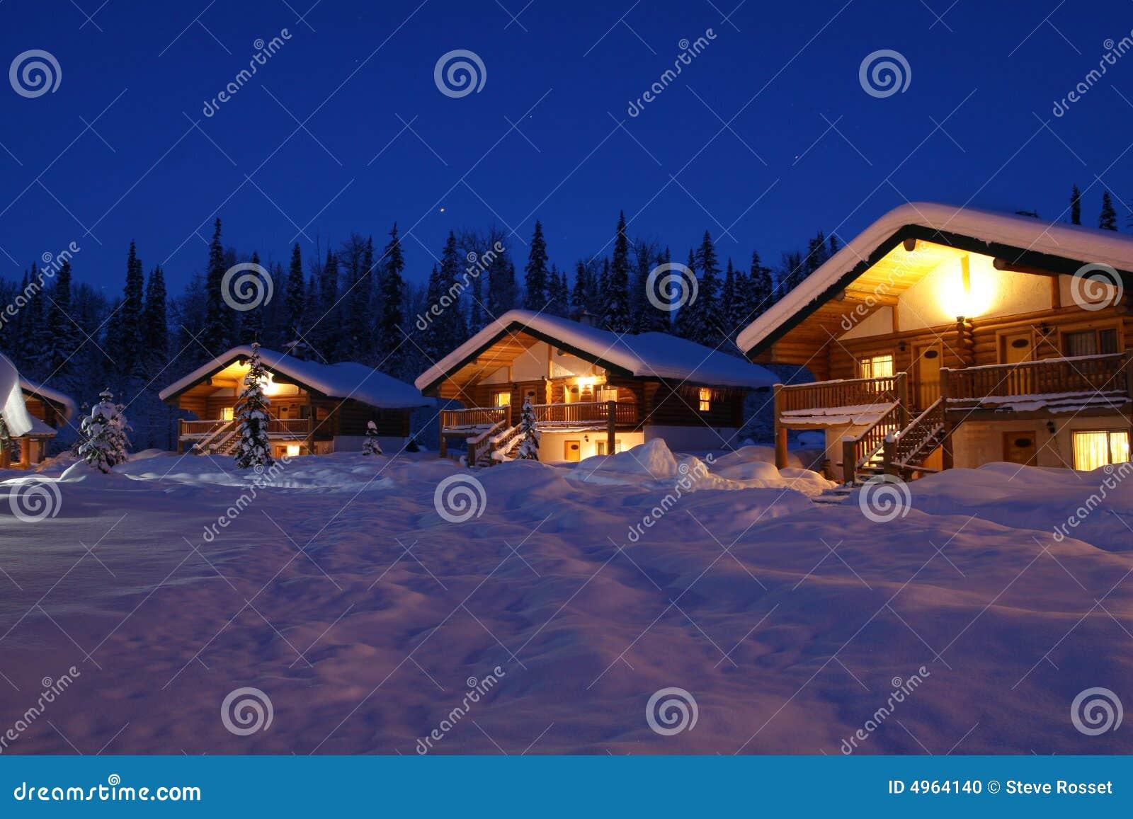 Chalé do inverno no crepúsculo