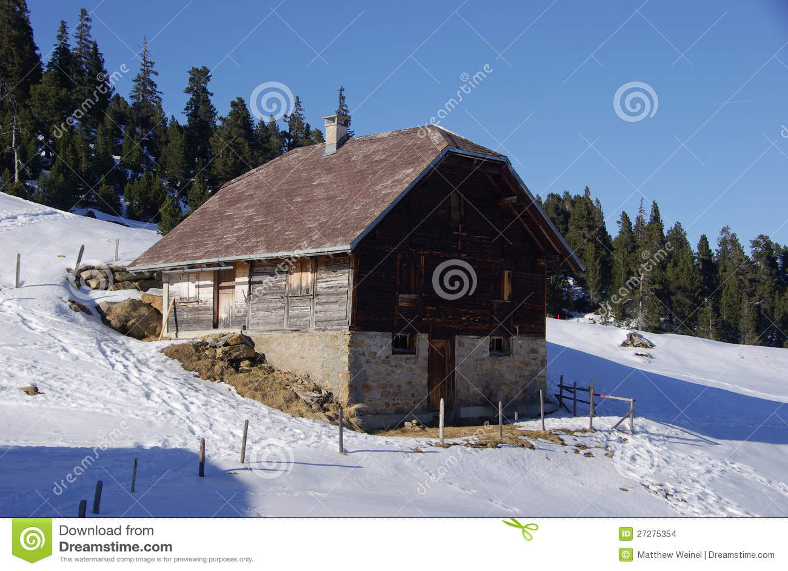 Chalé na montanha nevado