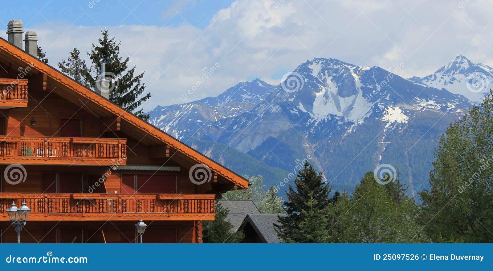 Chalet in crans montana prima di estate svizzera immagine for Disegni di chalet svizzeri