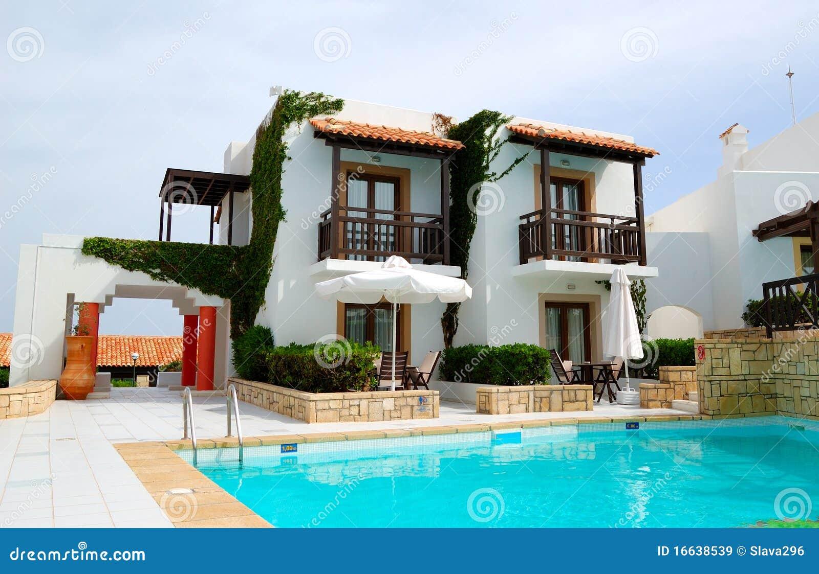 Chalet de lujo moderno con la piscina imagen de archivo - Chalet con piscina ...