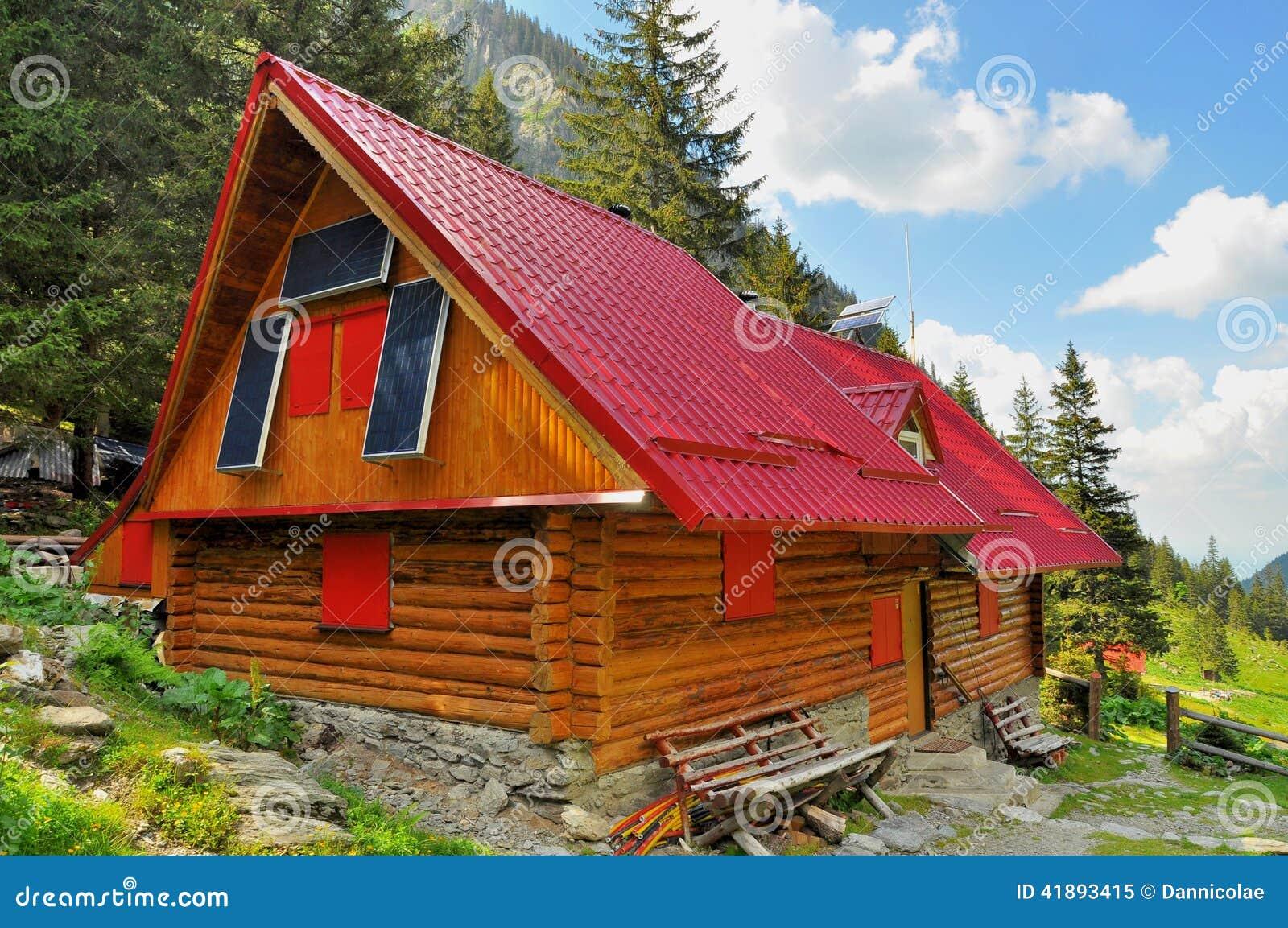 Chalet de madera de la monta a con los paneles solares - Chalet de madera ...