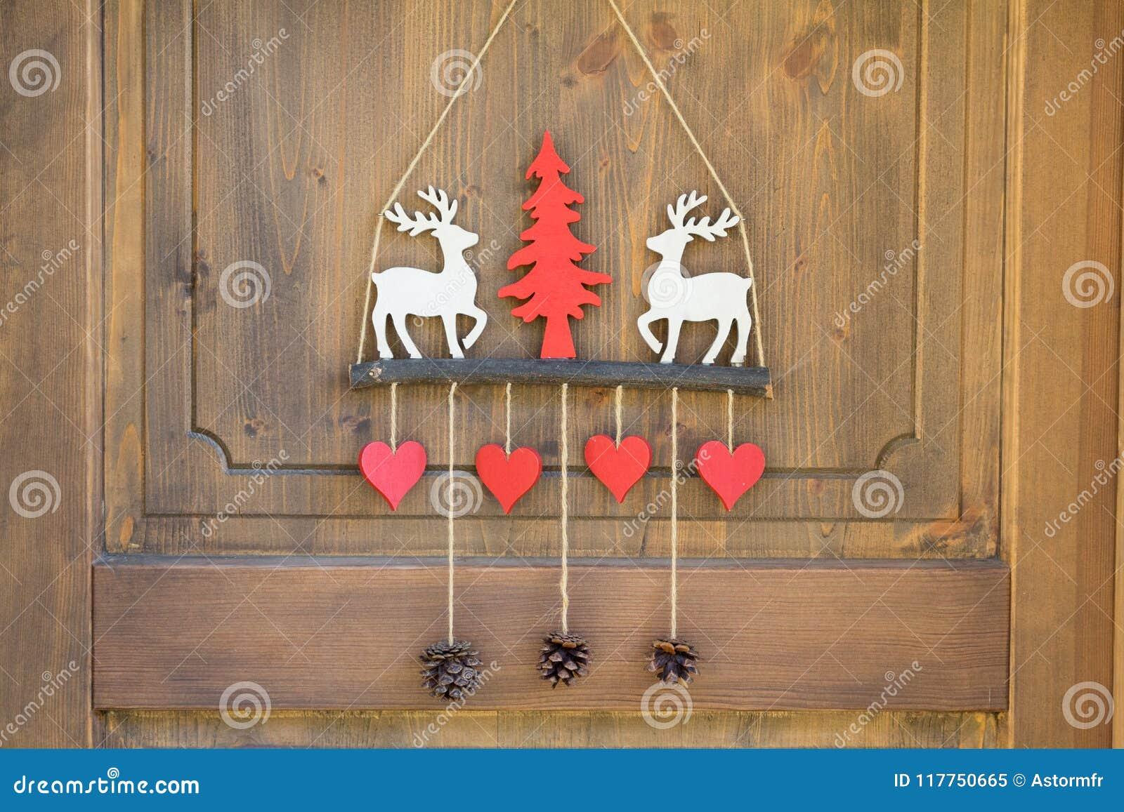 Chalet decorato della porta dello sci