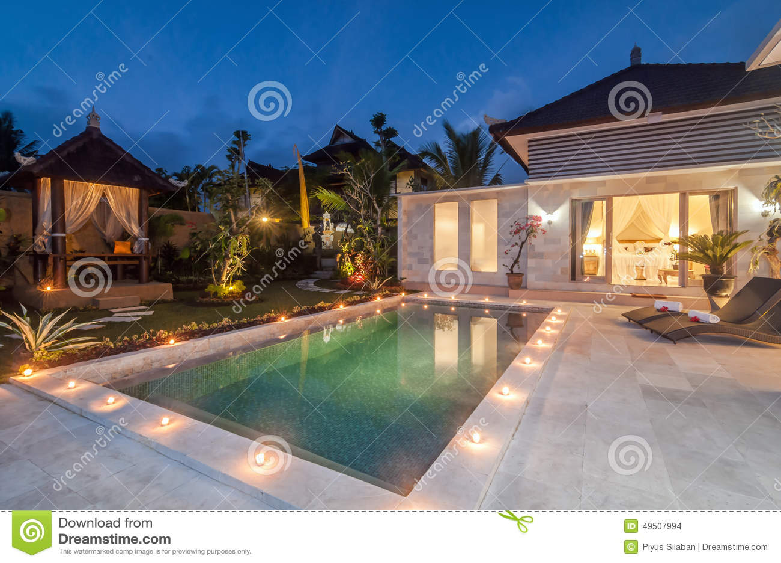 Chalet del lujo y del soldado del lanzamiento de la noche con la piscina al aire libre
