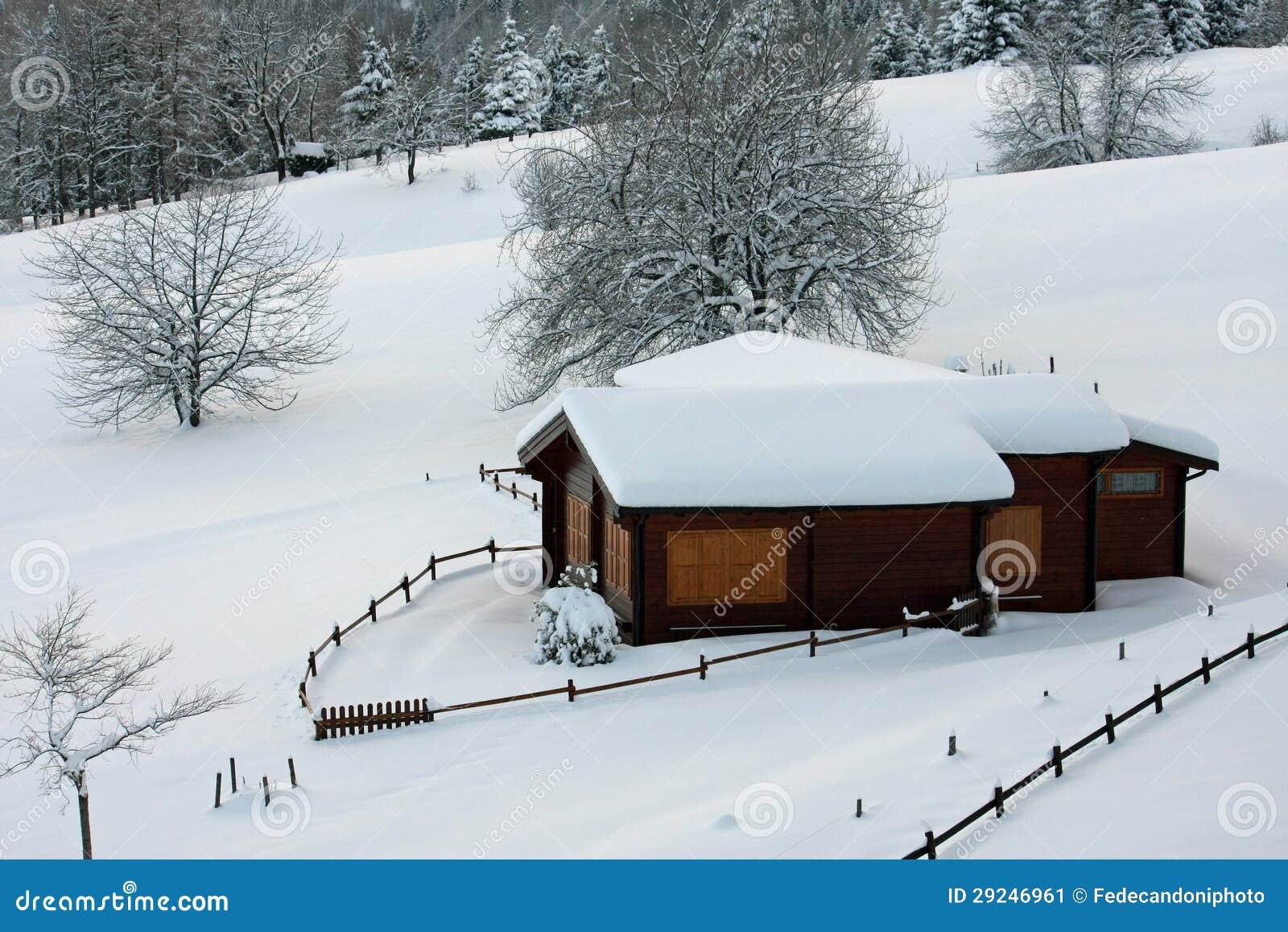 chalet en bois de montagne dans les alpes en italie apr s chutes de neige lourdes image stock. Black Bedroom Furniture Sets. Home Design Ideas