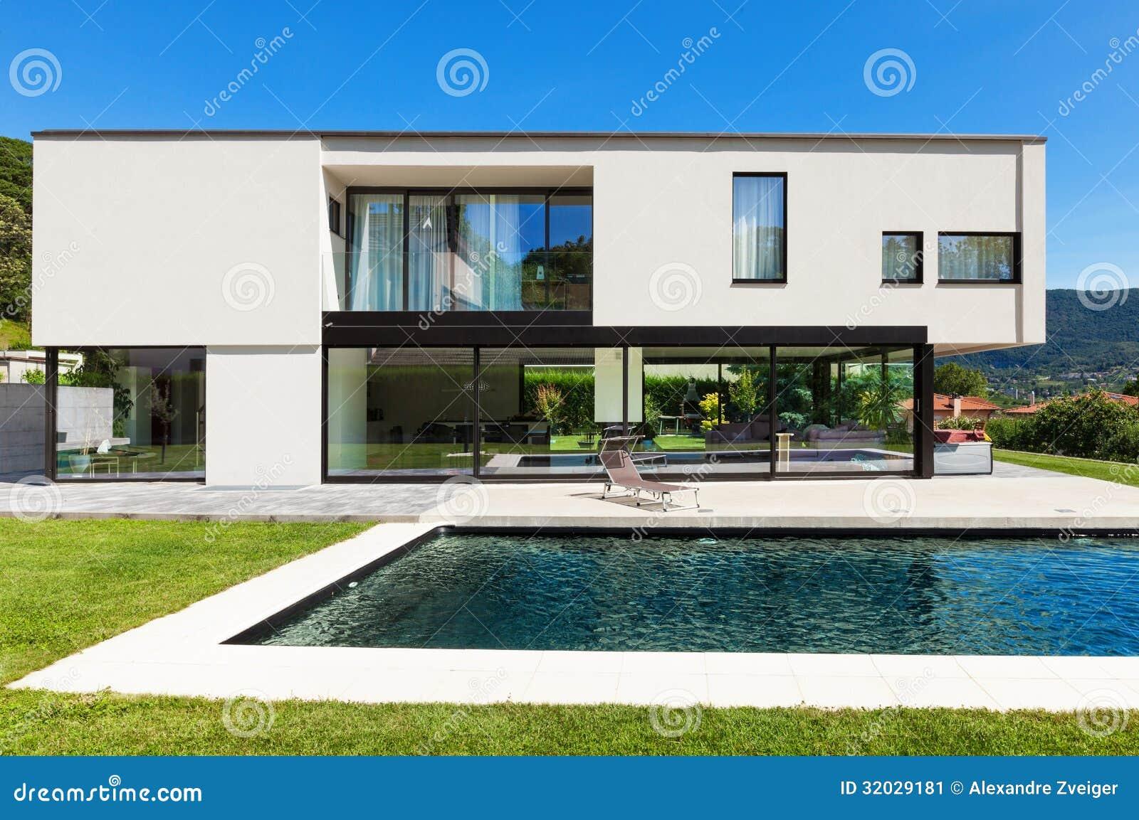 Chalet moderno con la piscina imagen de archivo imagen - Chalet con piscina ...