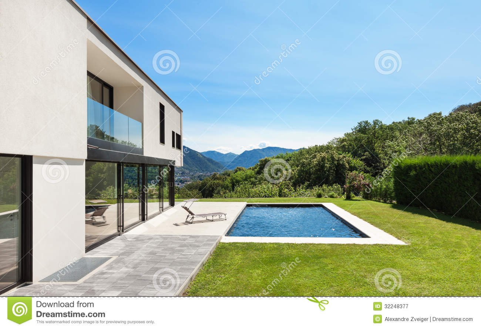Chalet moderno con la piscina fotograf a de archivo libre - Chalet con piscina ...