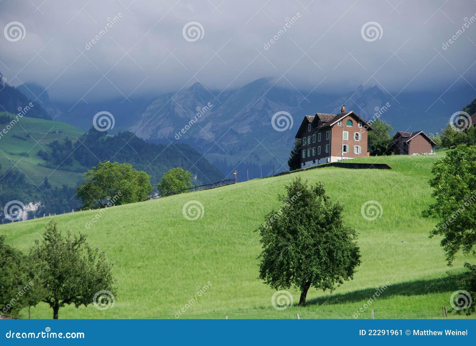 Modern Zwitsers Chalet : Chalet op zwitserse berg stock afbeelding afbeelding