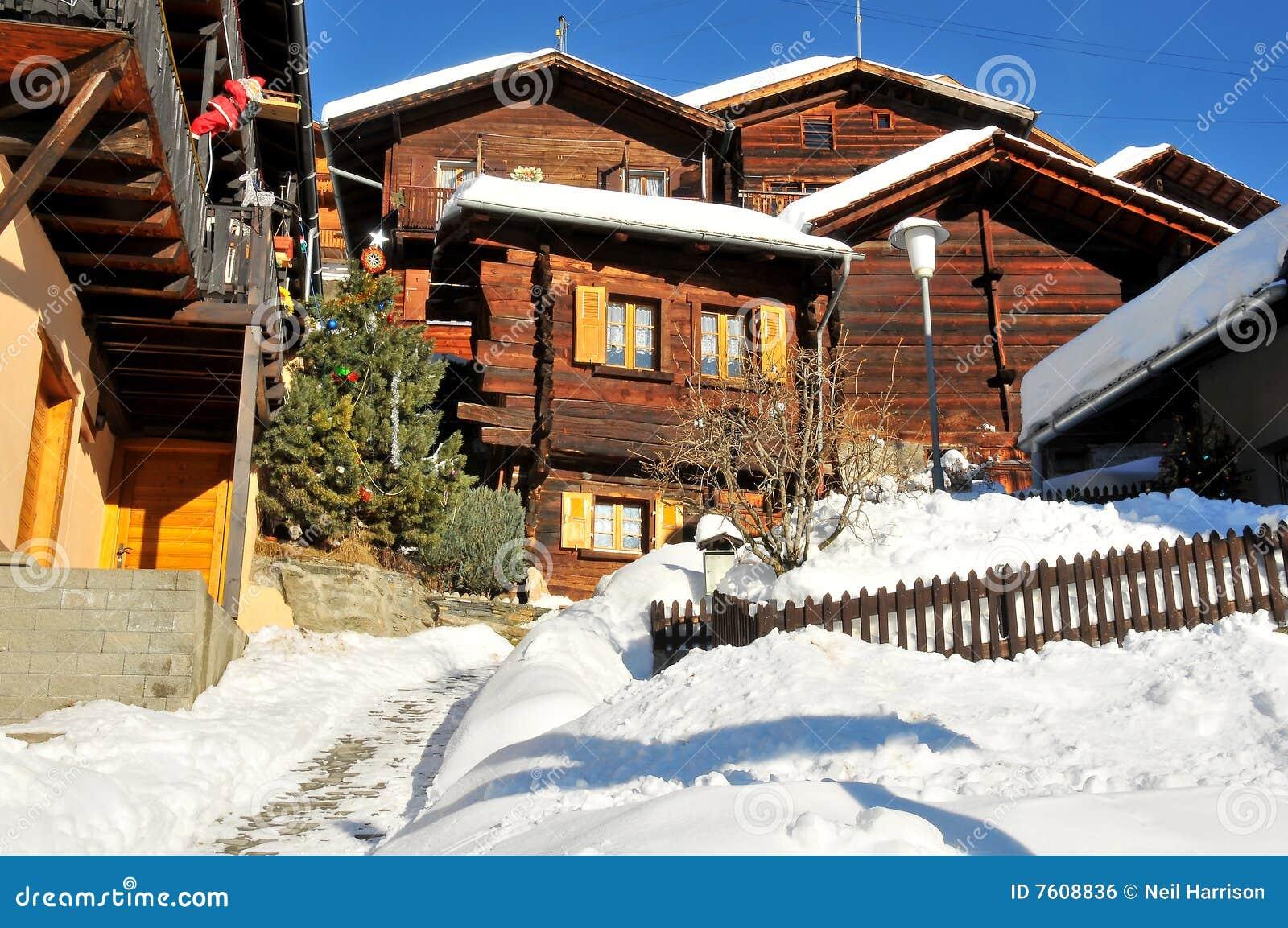 Chalet in paesino di montagna svizzero fotografia stock for Piani chalet svizzero