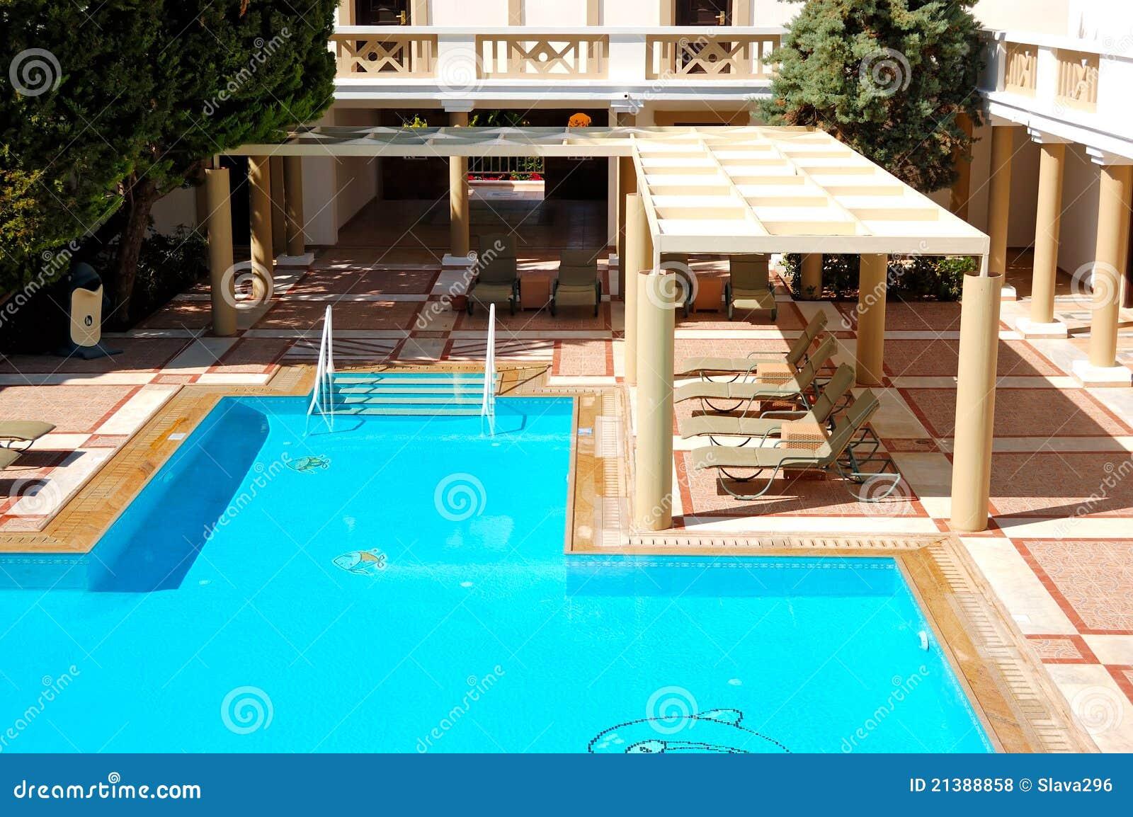 chalets de lujo modernos con la piscina fotos de archivo libres de regalas