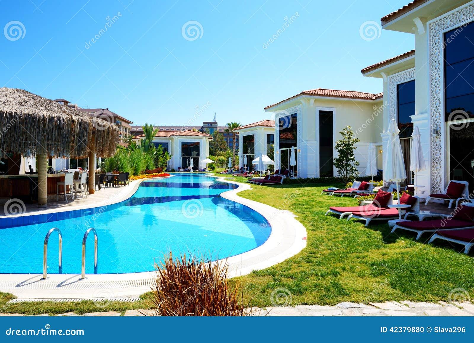 Chalets modernos con la piscina en el hotel de lujo foto for Hotel con piscina