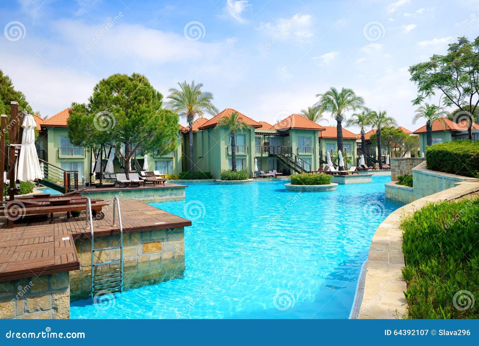 Chalets modernos con la piscina en el hotel de lujo foto for Ville moderne con piscina